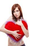 Cuore di colore rosso della pelliccia della holding della ragazza Immagine Stock