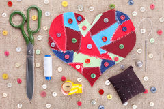 Cuore di cucito degli scarti del tessuto e degli accessori immagine stock