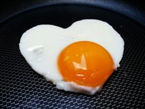 Cuore di forma dell'uovo fritto Fotografia Stock