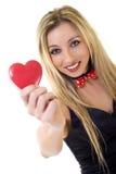 Cuore di giorno dei biglietti di S. Valentino della holding della donna Fotografia Stock