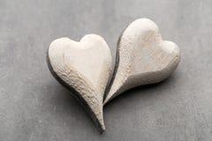 Cuore di legno a forma di Cartoline d'auguri Saluto di giorno del ` s del biglietto di S. Valentino Fotografia Stock