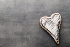 Cuore di legno a forma di Cartoline d'auguri Saluto di giorno del ` s del biglietto di S. Valentino Immagine Stock