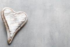 Cuore di legno a forma di Cartoline d'auguri Saluto di giorno del ` s del biglietto di S. Valentino Immagine Stock Libera da Diritti