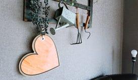 Cuore di legno su un fondo di vecchia parete Fotografia Stock Libera da Diritti