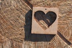 Cuore di legno su una superficie incrinata Fotografie Stock