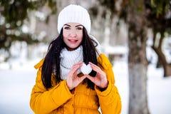 Cuore di neve nelle mani di una ragazza Fotografie Stock Libere da Diritti