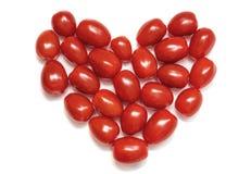 Cuore di piccoli pomodori ciliegia Concetto di amore e simbolo di nutrizione sana Isolato su un fondo bianco immagini stock libere da diritti