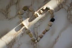 Cuore di pietra, pietre sotto forma di un cuore, giorno di biglietti di S. Valentino felice, semplicità immagine stock libera da diritti
