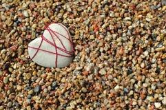 Cuore di pietra solo ad una spiaggia Immagini Stock Libere da Diritti