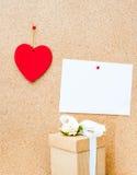 Cuore di San Valentino, contenitore di regalo e carta vuota bianca sulla b di legno Fotografie Stock
