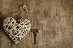 Cuore di vimini fatto a mano con la chiave Fotografia Stock Libera da Diritti