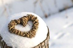 Cuore di vimini in neve Immagini Stock