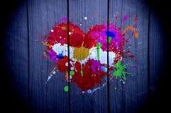 Cuore dipinto con le pitture multicolori su legno fotografia stock