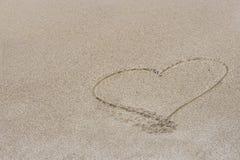 Cuore dissipato nella sabbia fotografie stock