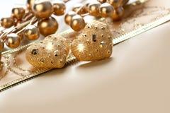 Cuore dorato due su un fondo dell'oro Fotografie Stock