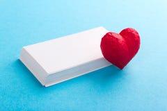 Cuore e carte Giorno del ` s del biglietto di S. Valentino di amore Fotografie Stock