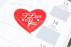 Cuore e 14 febbraio rossi in calendario Fotografie Stock Libere da Diritti