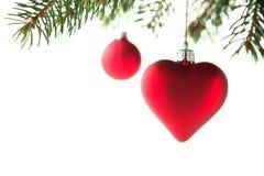 Cuore e palla rossi degli ornamenti di natale sull'albero di natale su fondo bianco isolato Immagine Stock