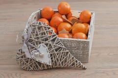 Cuore e pan di zenzero decorativi con il mandarino Immagine Stock