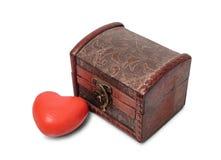 Cuore e petto di legno marrone dell'oggetto d'antiquariato Fotografia Stock Libera da Diritti