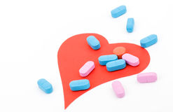 Cuore e pillole rossi Fotografia Stock Libera da Diritti