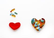 Cuore e pillole rossi della peluche nella vista superiore del heartshape Fotografia Stock Libera da Diritti