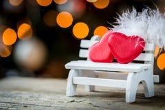 cuore e piuma del biglietto di S. Valentino su un banco di legno Fotografia Stock