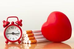 Cuore e sigarette rossi Sigaretta di fumo che distrugge salute fotografia stock