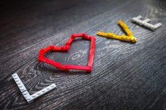 Cuore ed amore rossi dei mattoni di plastica Fotografie Stock