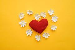 Cuore fatto con le mani con i fiori fotografia stock