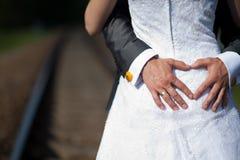 Cuore fatto dalle mani dello sposo Fotografia Stock Libera da Diritti