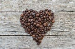 Cuore fatto dei chicchi di caffè Fotografie Stock Libere da Diritti