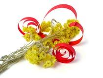 Cuore fatto dei fiori di carta e gialli Fotografia Stock