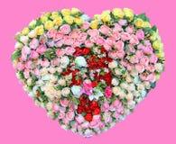 Cuore fatto del fiore delle rose isolato su fondo rosa Fotografie Stock Libere da Diritti