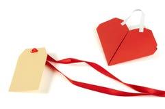 Cuore fatto di carta e dell'etichetta rosse arricciate Fotografia Stock Libera da Diritti