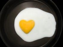 Cuore-figura del tuorlo d'uovo Fotografie Stock Libere da Diritti