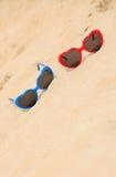Cuore a forma di degli occhiali da sole variopinti sulla sabbia Fotografia Stock Libera da Diritti