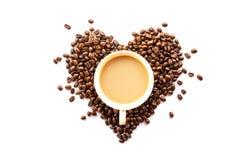 Cuore a forma di dei chicchi e della tazza di caffè Immagine Stock