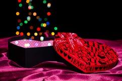 Cuore a forma di scatola del regalo con i punti colorati colorati Bokeh Fotografia Stock
