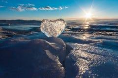 Cuore ghiacciato nelle onde alla luce del tramonto Lago Baikal Fotografia Stock