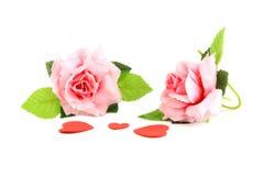cuore giallo e rosso con il rosa rosa sul concetto bianco di giorno di S. Valentino del fondo Fotografia Stock Libera da Diritti
