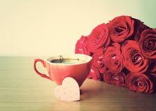 Cuore legno e del rosa rossa Immagini Stock