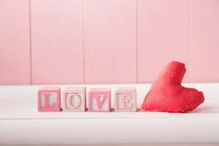 Cuore romantico rosso con l'amore di parola fotografia stock