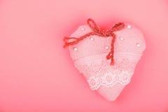 Cuore rosa del pizzo del tessuto del giocattolo con l'arco con lo spazio della copia Immagine Stock Libera da Diritti