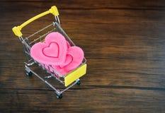 Cuore rosa di compera di giorno di biglietti di S. Valentino sul concetto di amore del carrello/festa di compera per amore immagine stock libera da diritti
