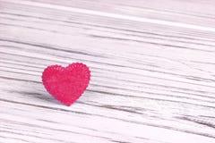 Cuore rosa di feltro su un fondo di legno grigio Giorno del biglietto di S Cartolina d'auguri Nozze, Immagine Stock