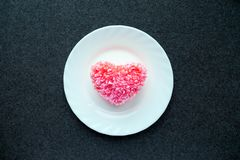 Cuore rosa lanuginoso del filo su cuore su un piatto rotondo bianco sul da Fotografie Stock Libere da Diritti