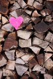 Cuore rosa sulla pila della legna da ardere Fotografia Stock Libera da Diritti