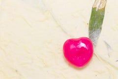 Cuore rosso Candy sul fondo della carta del gelso sulla giusta zona Immagine Stock Libera da Diritti