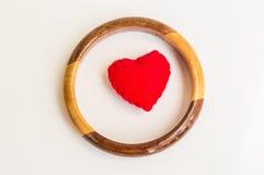 Cuore rosso con il braccialetto di legno Fotografia Stock Libera da Diritti